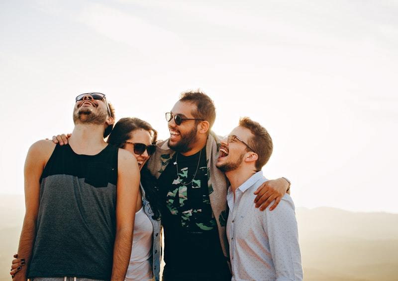 6 Miesten Tapaa Osoittaa Tunteitaan Ilman Sanoja: Hän haluaa sinun viettävän aikaa hänen ja hänen ystäviensä kanssa